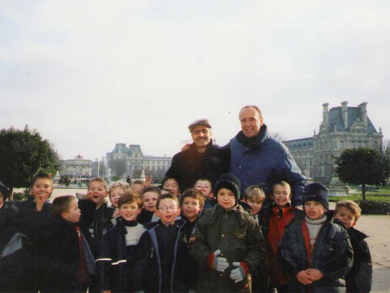 Փարիզի մանկական ֆուտբոլային թիմի հետ / С детской футбольной командой Парижа / With children's football team in Paris