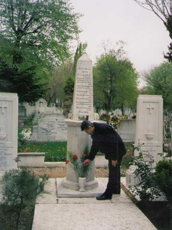 """Պոլսո Ուսկյուդար գերեզմանատանը` Պետրոս Դուրյանի շիրիմին / На могиле Петроса Дуряна на константинопольском кладбище Ускюдар / In Polis Cemetery """"Uskyudar"""" at the grave of Petros Douryan"""